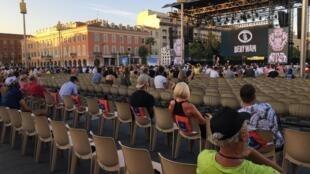 Seulement 1000 personnes ont pu assister à la présentation des équipes, jeudi 27 août au soir, place Masséna, à Nice.