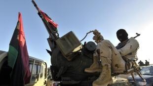 Un membre de la brigade libyenne «Tonnerre», à Benghazi, lors du déploiement de l'armée à Benghazi.