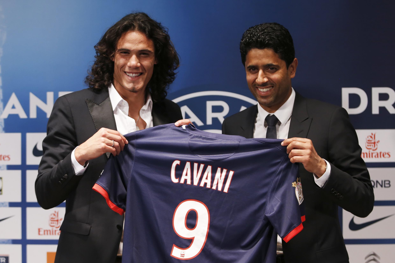 O presidente do PSG, Nasser al-Khelaifi (direita) e o jogador uruguaio Edinson Cavani, que fechou um contrato de 5 anos com o clube, no dia 16 de julho no estádio Parque dos Príncipes, em Paris.