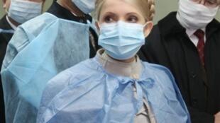 La Première ministre ukrainienne, Yulia Tymoshenko, lors de sa visite à un hôpital d'enfants à Chernivtsi, le 5 novembre 2009.