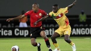 Jocelyn Ahoueya (à droite) sous le maillot du Bénin contre le Mozambique lors de la CAN 2010, le 12 janvier 2010.