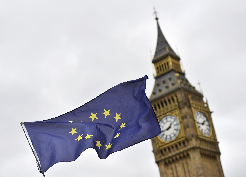 Cờ Liên Hiệp Châu Âu và tháp chuông đồng hồ Big Ben- Luân Đôn.