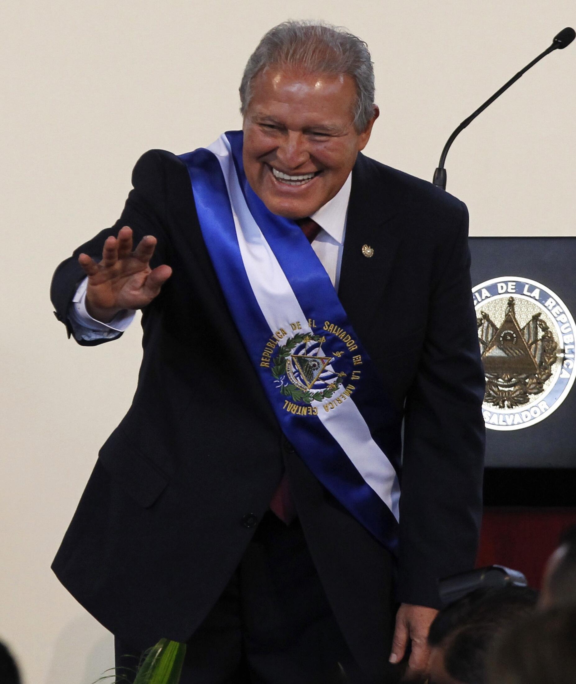 Salvador Sánchez Cerén saluda tras asumir la presidencia de El Salvador, este 1° de junio del 2014, en San Salvador.