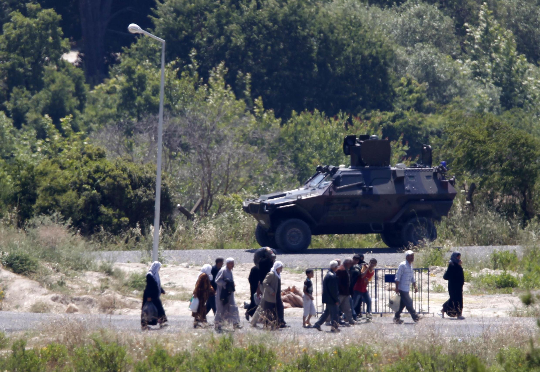 O exército sírio, apoiado por veículos blindados, interveio nesta quinta-feira na cidade de Khirbet al-Joz, na fronteira com a Turquia.