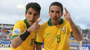 Os brasileiros Jorginho( à esquerda) e Daniel comemorando vitória na Copa do mundo de futebol de areia no Tahiti.