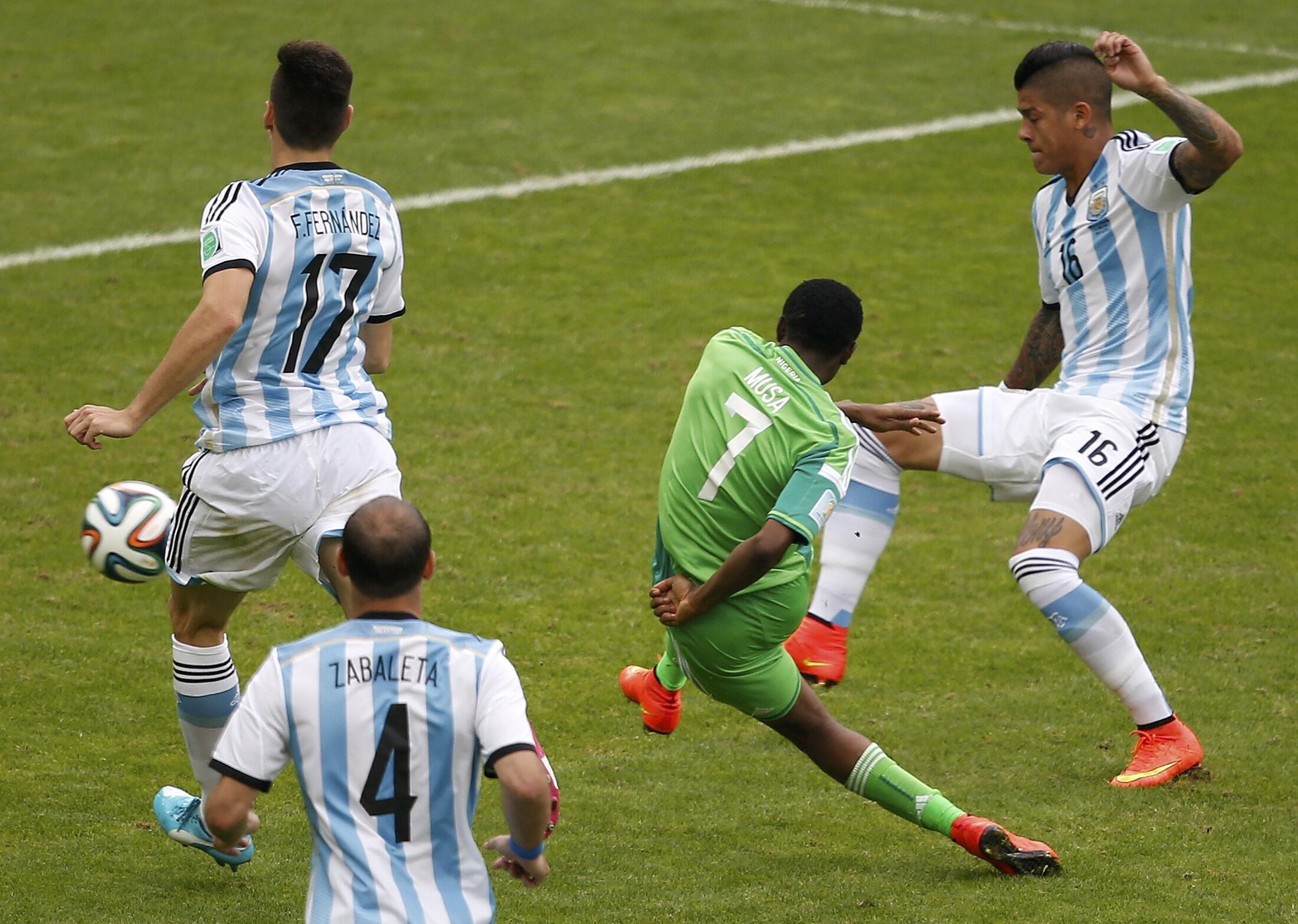 Ahmed Musa mshambulizi wa Nigeria akipiga mkwaju kuelekea lango la Argentina