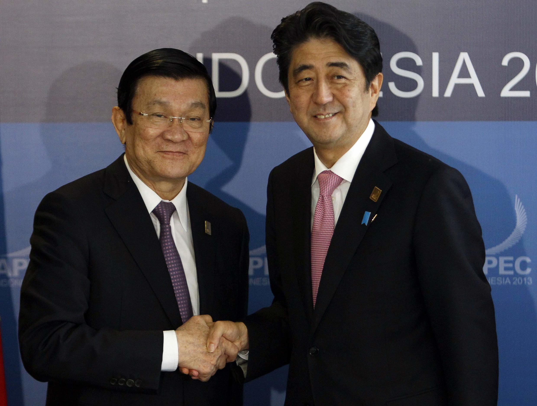 Chủ tịch nước Việt Nam Trương Tấn Sang (T) bắt tay Thủ tướng Nhật Bản Shinzo Abe nhân cuộc họp song phương ngày 07/10/2013 bên lề Hội nghị Thượng đỉnh APEC tại Bali.