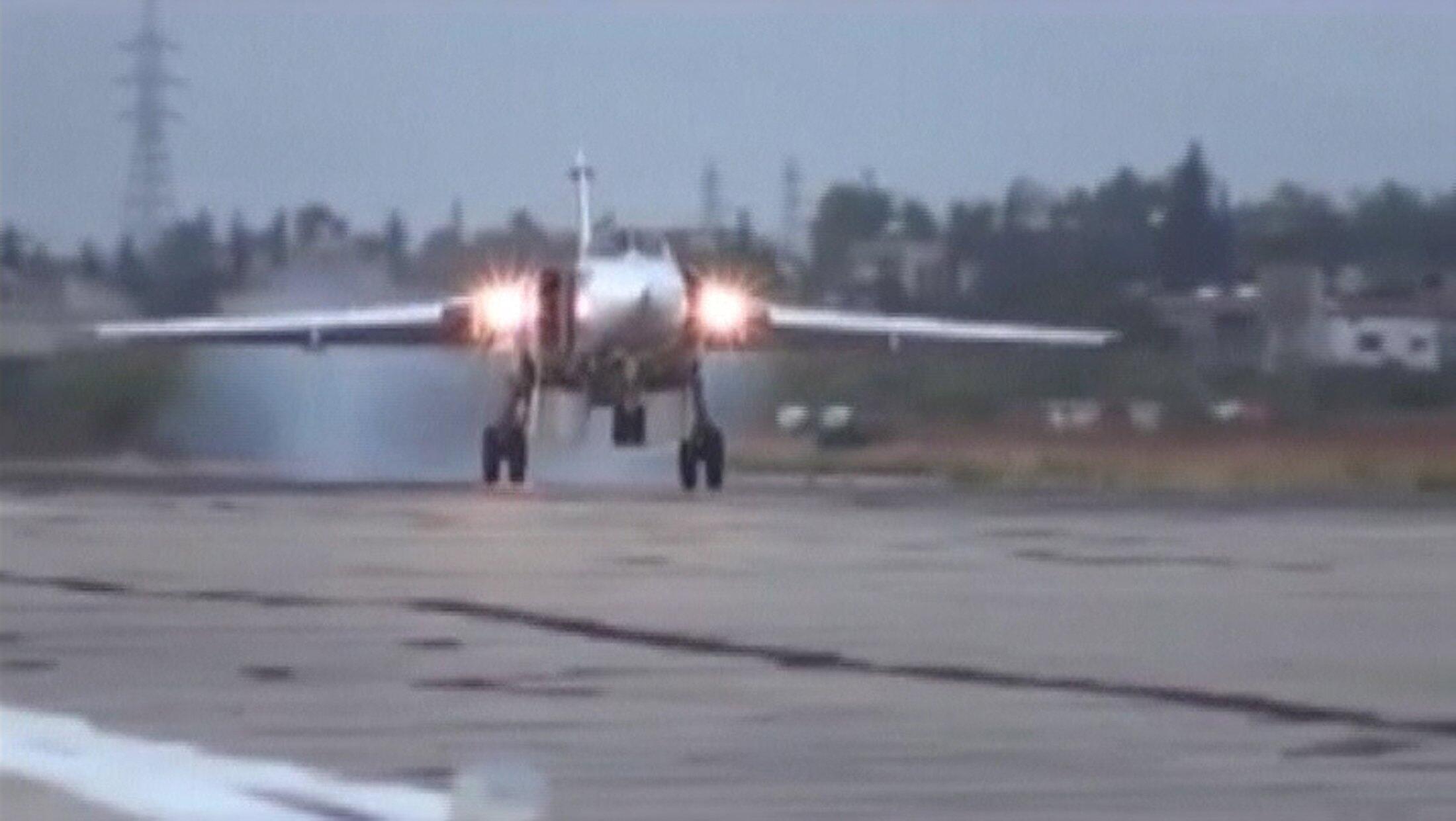 Một chiến đấu cơ Su-24M của Nga đáp xuống căn cứ Hmeimim ở Syria. Ảnh chụp ngày 15/10/2015.