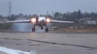 Российский военный самолет Су-24М на авиабазе Хмеймим, Сирия
