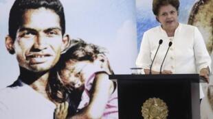 Dilma Rousseff, la présidente du Brésil a décidé de maintenir le cap de son mentor Luiz Inacio Lula da Silva. Son gouvernement va investir 55 milliards d'euros sur 4 ans pour l'accession à un logement des populations les plus défavorisées.