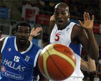 Ali Traoré (d.) et les Bleus vainqueurs de la Grèce.