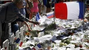 法国旅游业受到恐袭等因素影响(图为尼斯民众在英国海滨大道恐袭案发地祭悼遇难者)