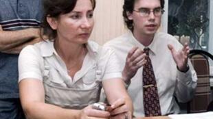 Natalia Estemirova (à gauche) à côté de Kirill Koroteyev, avocat des droits l'Homme, lors d'une conférence de presse à Grozny le 26 juillet 2007.