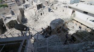 Cratera provocada por ataque aéreo na cidade de Aleppo