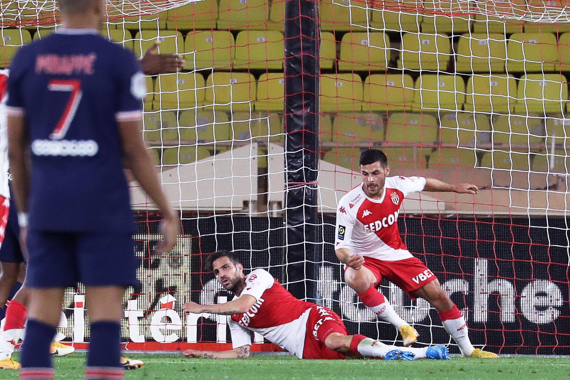 L'attaquant allemand de Monaco, Kevin Volland (d), fête son second but lors du match de Ligue 1 face au Paris-SG, à Louis-II, le 20 novembre 2020