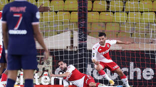 L'attaquant allemand de Monaco, Kevin Volland (d), fête son second but lors du match de Ligue 1 face au Paris-SG, à Louis-II, le 20 novembre 2020