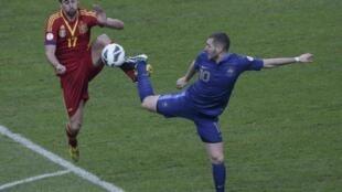 Karim Benzema (à direita) em duelo de pés contra o espanhol Alvaro Arbeloa.