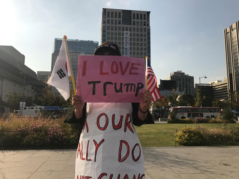 Une Sud-Coréenne pro-Trump affiche son soutien pour le président américain.