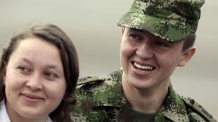 Josué Daniel Calvo horas después de su liberación junto a su hermana, Villavicencio Colombia 28 de marzo de 2010
