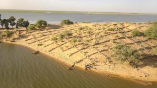 En 20 ans, le sable a grignoté plusieurs kilomètres de voies navigables sur le fleuve Niger.