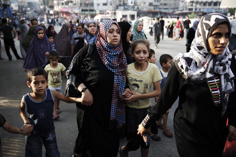 Des habitants du quartier de Chajaya, dans l'est de Gaza-Ville, fuient les bombardements israéliens, le dimanche 20 juillet.