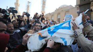Au Caire, ce vendredi 8 décembre, des manifestants ont brûlé un drapeau israélien devant la mosquée al-Azhar.