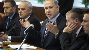O primeiro-ministro de Israel, Benjamin Netanyahu (centro), acusou os palestinos de incitação ao ódio na abertura do conselho dos ministros neste domingo, 5 de janeiro de 2014.
