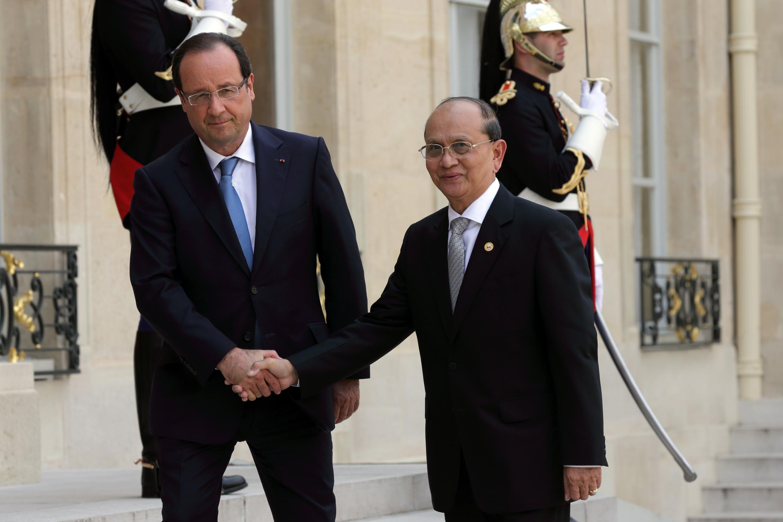 Le président François Hollande (g) et son homologue birman Thein Sein, sur le perron de l'Elysée. Paris, le 17 juillet 2013.