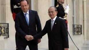 Le président français François Hollande (g) et son homologue birman Thein Sein, sur le perron de l'Elysée. Paris, le 17 juillet 2013.