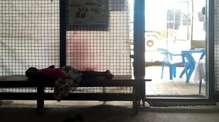Une enfant est endormie à l'entrée de l'hôpital du POC1, le 29 mars 2018. Ici, de nombreux cas de malnutrition sont traités.
