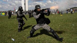 Polícia anti-motins nas manifestações de Brasília, de 24 de maio de 2017.