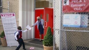 Un écolier à l'entrée d'une école du Bronx le 9 septembre 2020.