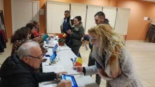 Mesa de votos em Paris da primeira volta das presidenciais da Roménia de 10 de novembro