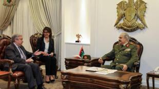 Le secrétaire général de l'ONU António Guterres et l'homme fort de l'Est libyen Khalifa Haftar se sont rencontrés à Benghazi, le 5 avril 2019.