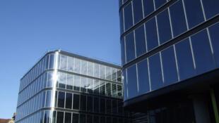 Институт мозга спроектирован архитектором Жан-Мишелем Вильмоттом. Неврологическими и психиатрическими заболеваниями страдает сегодня каждый восьмой человек.