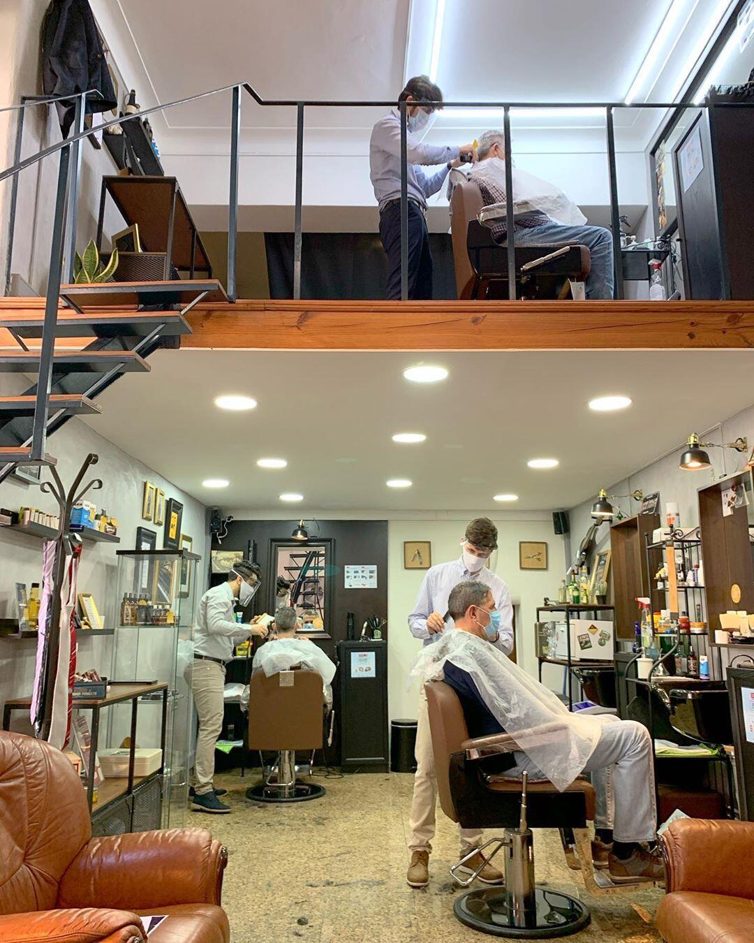 Fellipe Santiago, que é natural de Barra do Piraí, cidade do estado do Rio de Janeiro, tem uma barbearia na cidade de Lisboa há três anos.