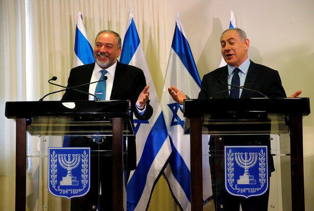 Lieberman e Netanyahu durante a cerimónia de assinatura do acordo entre o governo e os ultra-nacionalistas.