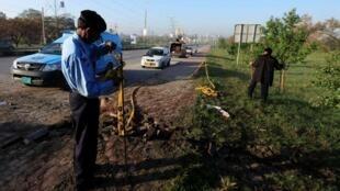 一名警察在发生爆炸的现场调查2014年4月3日伊斯兰堡。