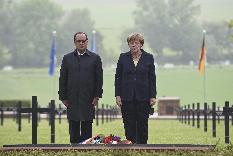 Ceremonia del 100 aniversario de la batalla de Verdun, El presidente François Hollande y la canciller Angela Merkel bajo la lluvia.