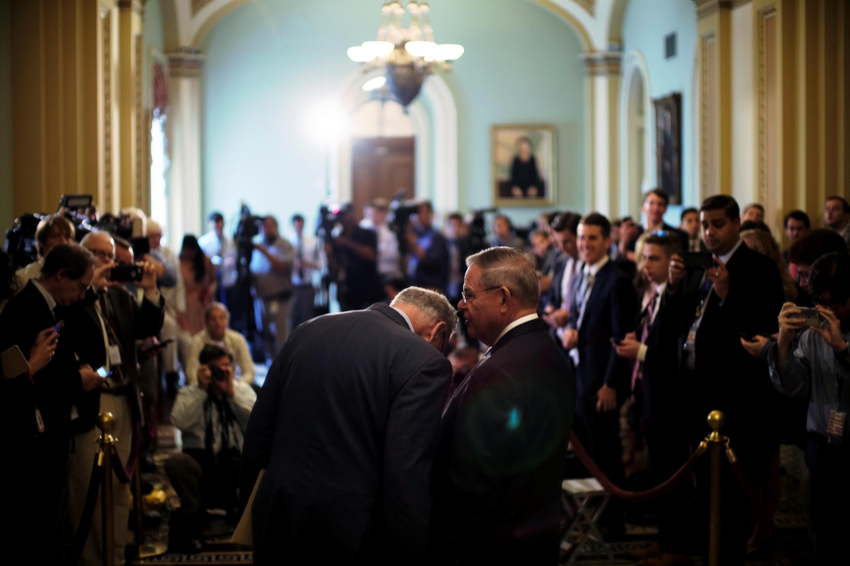 Hai thượng nghị sĩ đảng Dân Chủ Bob Menendez và Chuck Schumer hội ý trước lúc phát biểu với các phóng viên báo chí tại điện Capitol (Washington DC) ngày 17/07/2018.