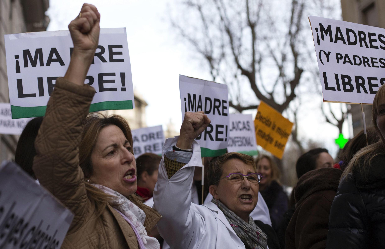 A Paris, des manifestations devant l'ambassade d'Espagne contre la loi anti-IVG décidée par Madrid.