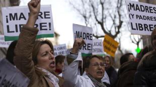 Manifestação em Paris diante da embaixada espanhola contra reforma da lei na Espanha.