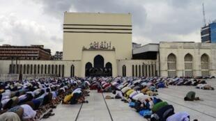 Prière du vendredi à la mosquée de Dacca (Bangladesh), le 17 juin 2016.