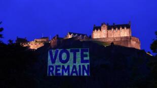 Le château d'Édimbourg illuminé, et affublé d'une inscription incitant à cocher la case «Remain» lors du référendum du 23 juin sur la place de Royaume-Uni dans l'Europe.