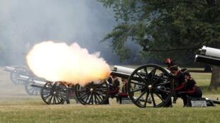 Soldados de la artillería montada disparan 41 cañonazos para saludar al bebé real en Londres el 23 de julio de 2013.