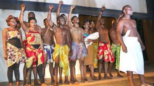 Les membres du Club RFI Bukavu en RDC jouant une pièce de théâtre.