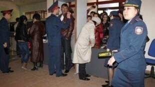 Полицейский досмотр перед входом в зал судебного заседания в Актау 27/03/2012