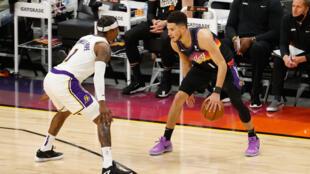 Devin Booker, estrella de los Phoenix Suns, defendido por Kentavious Caldwell-Pope, de Los Angeles Lakers, en el juego del domingo en los playoffs.
