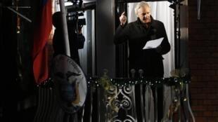 O fundador do Wikileaks, Julian Assange, na varanda da Embaixada do Equador, em Londres