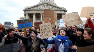 Sinh viên - Học sinh Paris tuần hành vì khí hậu từ quảng trường Panthéon, ngày 15/03/2019.